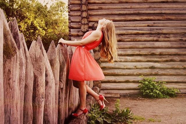žena v červeném