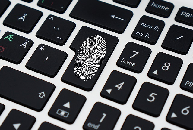 otisk prstu na klávesnici