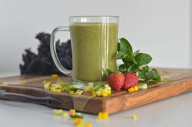 zelený drink a dvě jahody